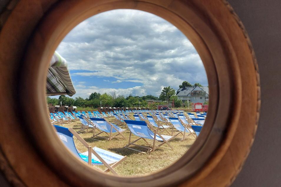 Blick durchs Bullauge: Tagsüber war noch viel Platz in den Strandkörben und auf den Liegestühlen. Abends hingegen wurde es auf dem Festgelände voller.