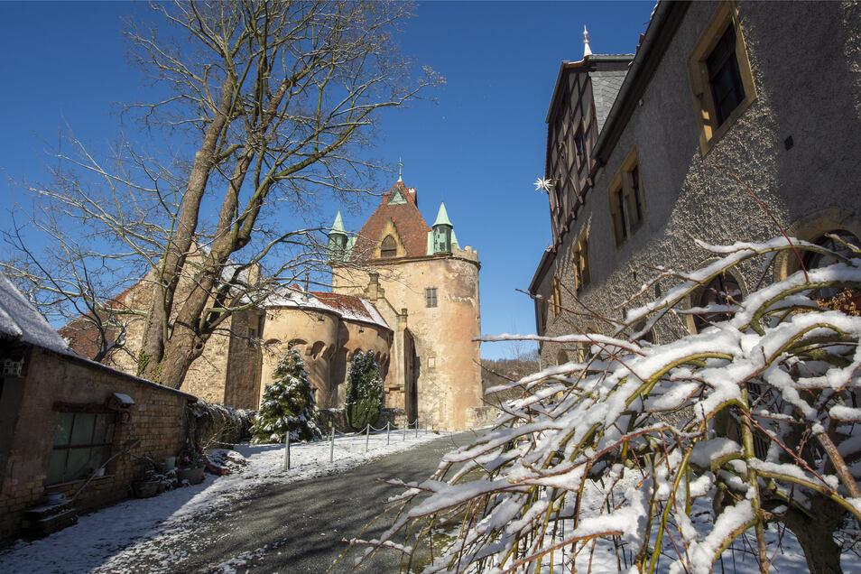 Einen Tag nach Beginn der Sommerzeit liegt am Schloss in Liebstadt im Landkreis Sächsische Schweiz-Osterzgebirge etwas Schnee.