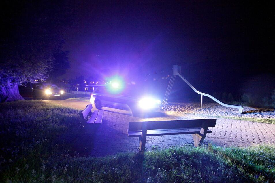 Polizei nach dem Raubürberfall an Pirnas Elbpromenade. Die zwei Täter sollen unter anderem Geld und ein Mobiltelefon erbeutet haben.