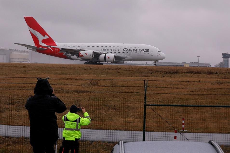 Für Flugzeugfans sind die Starts und Landungen des Doppeldecker-Airbus immer ein Spektakel.