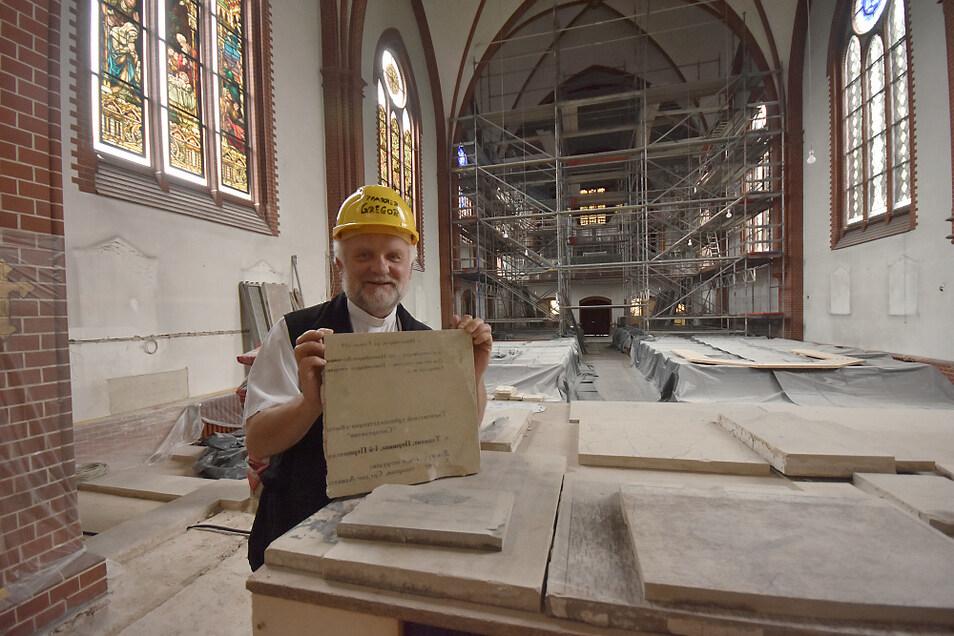 Pfarrer Peter Paul Gregor feierte am Sonntag das 40. Jubiläum seiner Priesterweihe, die er einst in Cottbus erhielt. Der Gottesdienst am Sonntag fand im Zelt statt. Die Kirche ist ja gerade Baustelle.