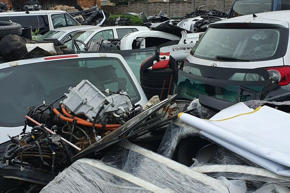 Auf einem Grundstück in Bogatynia standen entwendete Fahrzeuge und lagen Teile von gestohlenen Autos.