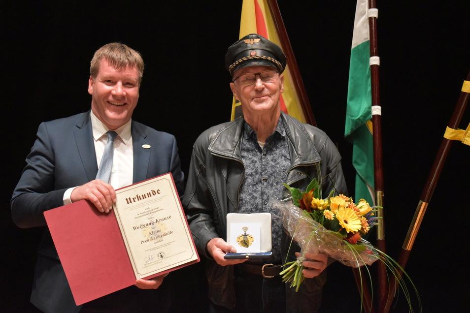Am Mittwoch wurde Wolfgang Krause (re.) von Oberbürgermeister Sven Mißbach mit der Kleinen Preuskermedaille geehrt.