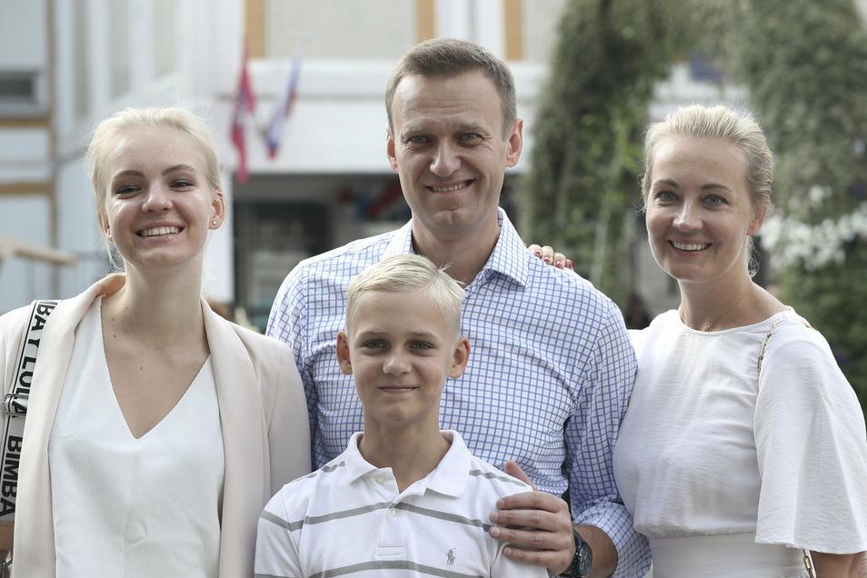 Alexej Nawalny mit seiner Frau Julia (r), seiner Tochter Daria und seinem Sohn Zakhar.