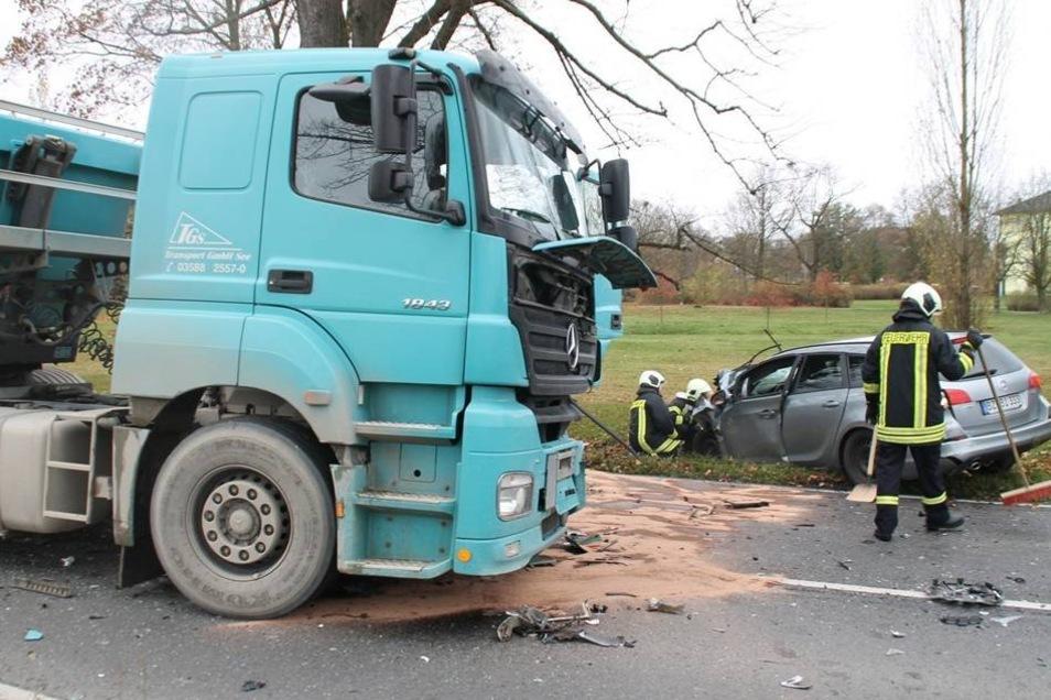 Beide Fahrzeuge wurden durch den Zusammenstoß zerstört. Insgesamt geht die Polizei von rund 60.000 Euro Schaden aus.