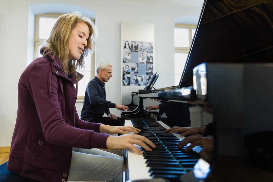 Die 16-jährige Tara Müller übt regelmäßig das Klavierspiel bei Bernd Woschick im Heinrich-Schütz-Konservatorium Dresden. Dort lernt sie auch Komponieren.