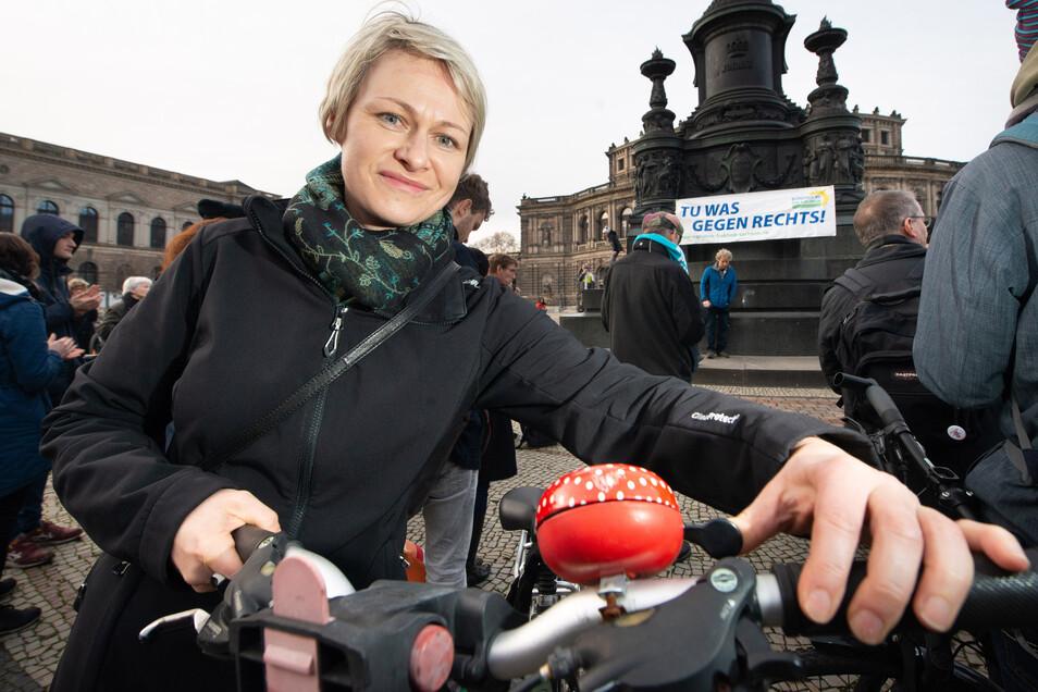 Katja Hänsch (41) klingelt beim Flashmob auf dem Theaterplatz mit,