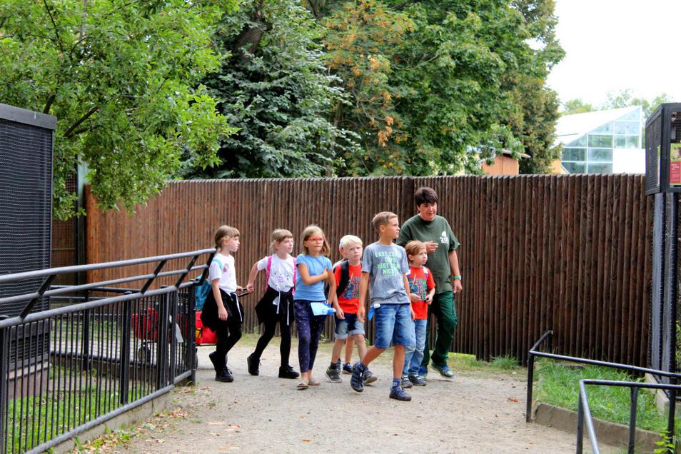 Diese Gruppe machte 2019 den Anfang. Seitdem sind die Zoo-Kids unter Leitung von Silke Kühn (rechts/in Grün) fester Bestandteil der Arbeit der Hoyerswerdaer Einrichtung geworden. Jetzt startet die bereits zweite Gruppe dieser Arbeitsgemeinschaft.