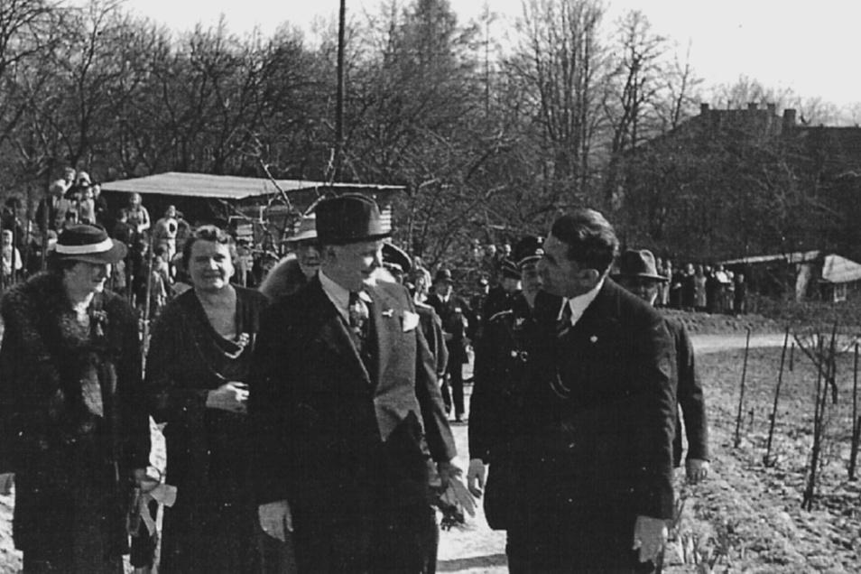 Nazi-Besuch in Radebeul: Reichsminister Hermann Göring (Mitte) im Gespräch mit Martin Hammitzsch (rechts). Direkt hinter Göring ist Angela Hammitzsch, geborene Hitler, zu sehen.