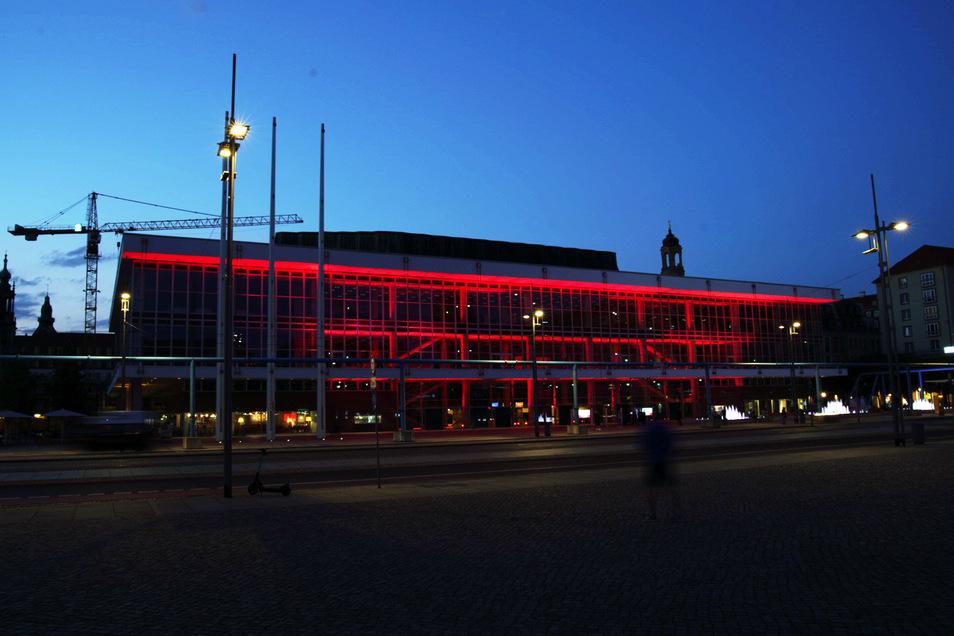 Ganz in rot zeigt sich der Kulturpalast in Dresden.
