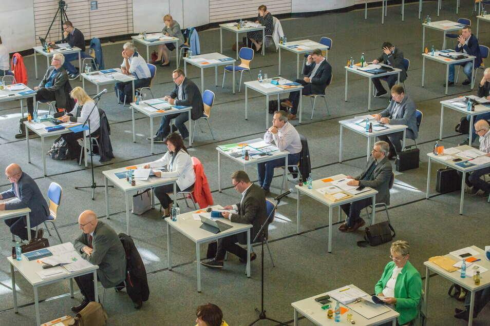 Der Kreistag in der Sporthalle des Beruflichen Schulzentrums in Görlitz, hier ein Bild von der Sitzung im Oktober.