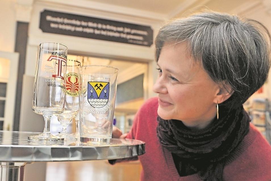 """Die Gläser """"zu einem besonderen Anlass"""" sind in der Regel von keinem großen künstlerischen Wert. Aber sie dokumentieren die Stadtgeschichte von Weißwasser. Museumsleiterin Christine Lehmann möchte solche Biertulpen in einer Sonderschau 2021 erstm"""