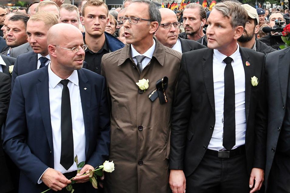 Die Rechtsextremisten Andreas Kalbitz, Björn Höcke (rechts außen) und ihr Parteikamerad Jörg Urban, Vorsitzender der AfD in Sachsen (Mitte). Gerade im Freistaat wählen viele diese Partei aus Überzeugung.