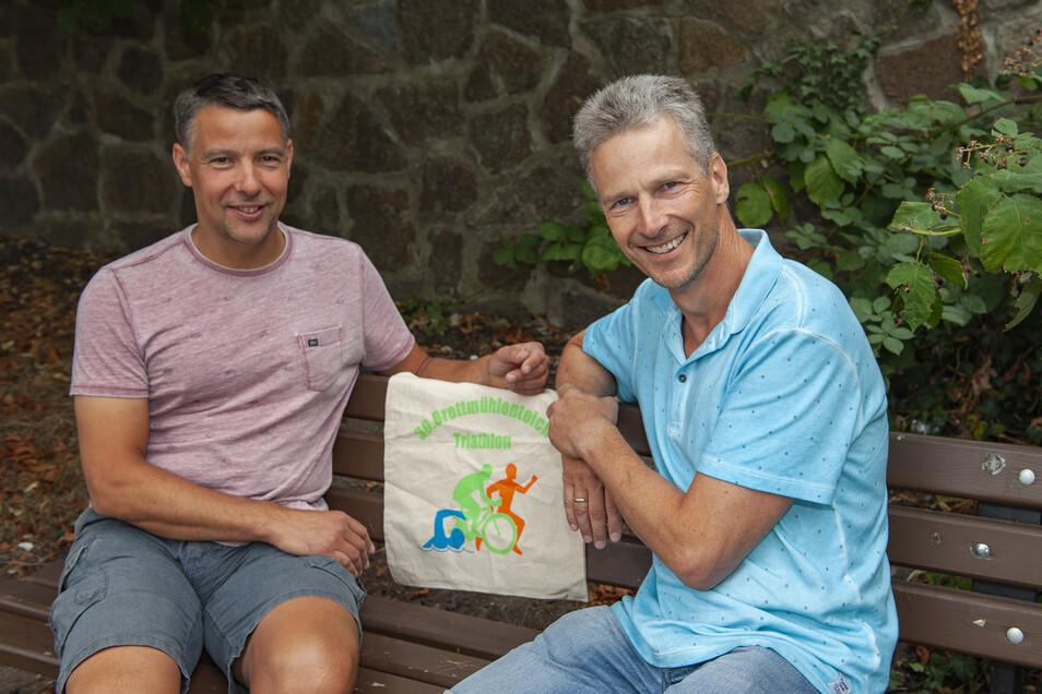 Thomas Czayka (links) und der Priestewitzer Landarzt Dr. Stephan Kümmel organisieren den 30. Brettmühlenteich-Triathlon.