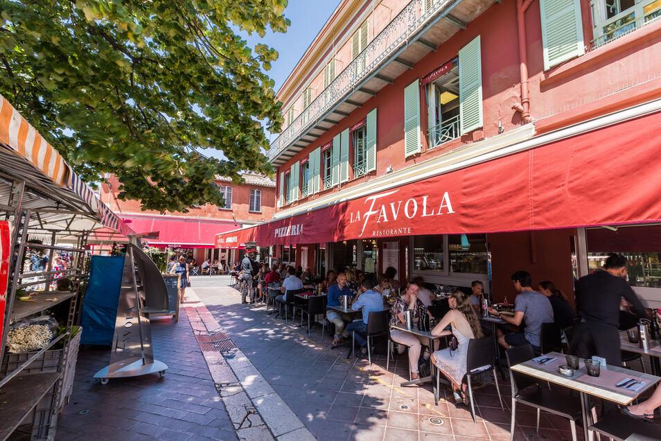 Die Côte d'Azur rüstet sich für die Urlaubssaison - das Leben in den Straßen kommt zurück.