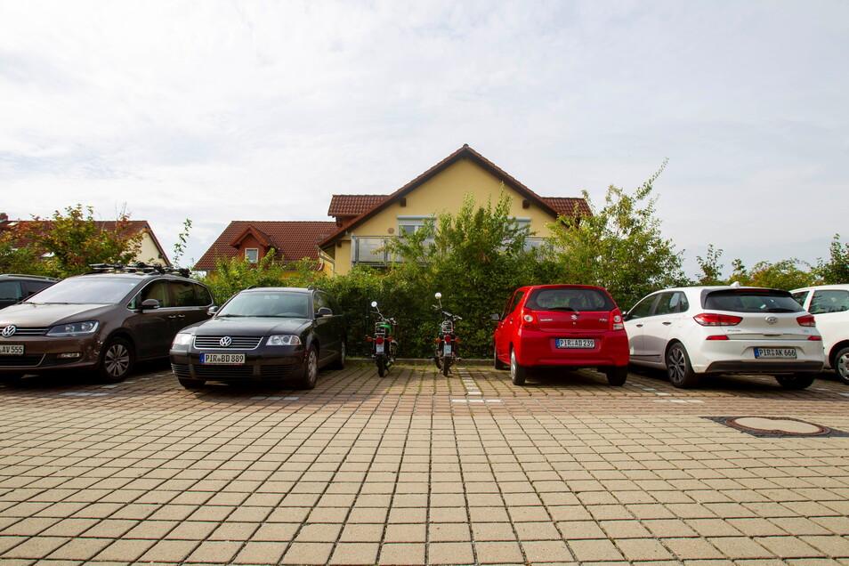 Die Parkbuchten im Stolpener Schulkomplex an der Pirnaer Landstraße sind belegt. Kommen jetzt noch mehr Fahrzeuge dazu, wird es kritisch.