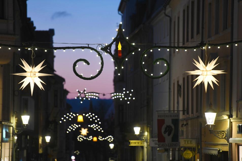 Weihnachtlich geschmückt mit Sternen sind unter anderem die Innere Weberstraße...