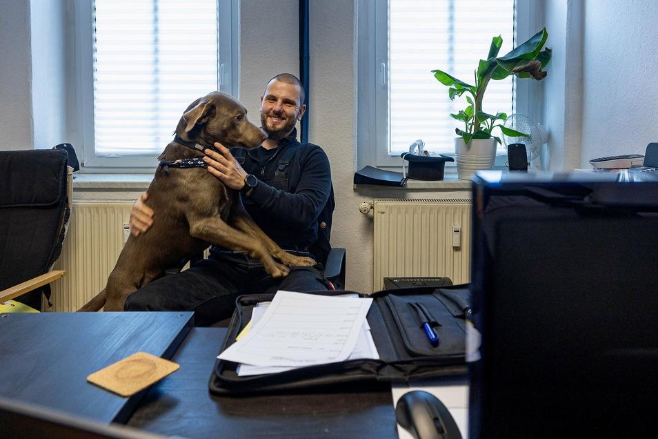 Der eine will arbeiten, der andere spielen: Matthias Zißmann mit Familienhund Oskar in seinem Freitaler Schornsteinfegerbüro.