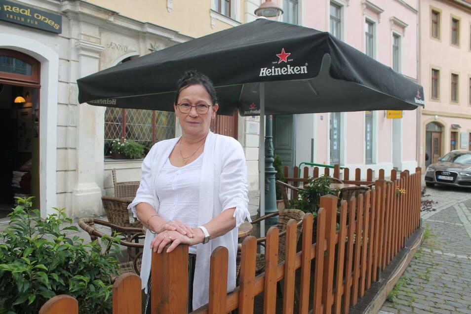 """Schwarze Schirme wie die vom """"Irish Pub"""" in Zittau sind laut der städtischen Gestaltungssatzung nicht erlaubt. Das ärgert Händler und Gastronomen."""