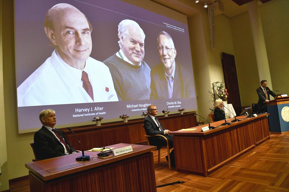 Thomas Perlmann (r), Sekretär der Nobelversammlung, gibt die Nobelpreisträger 2020 in Medizin im Karolinska-Institut bekannt.