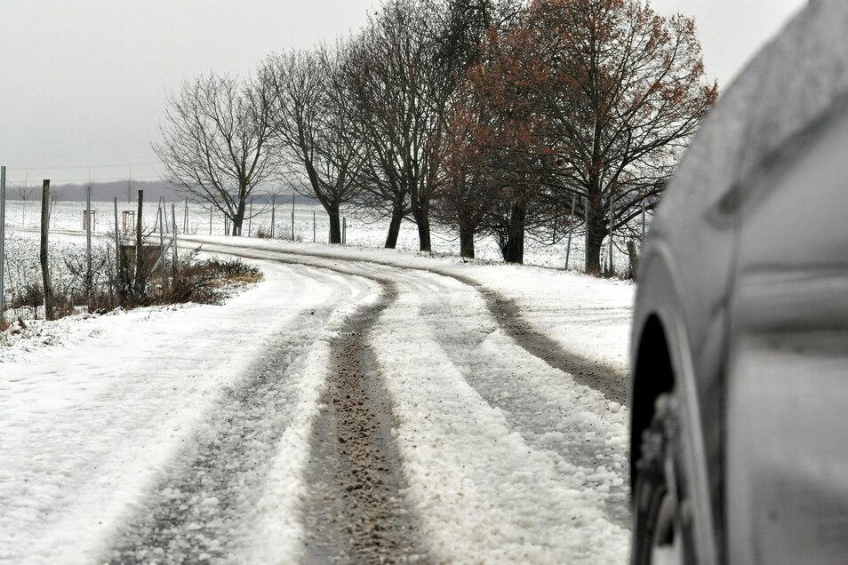 Auf der Straße zwischen Berbisdorf und Großdittmannsdorf sah es auch am Mittag noch so winterlich aus wie auf anderen Straßen am Morgen.