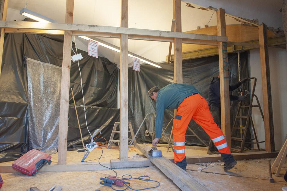 Nicht mehr wiederzuerkennen: Im Verkaufsraum stützen die Mitarbeiter der Firma Trinity Bauwerksanierung Dresden das Gewölbe.
