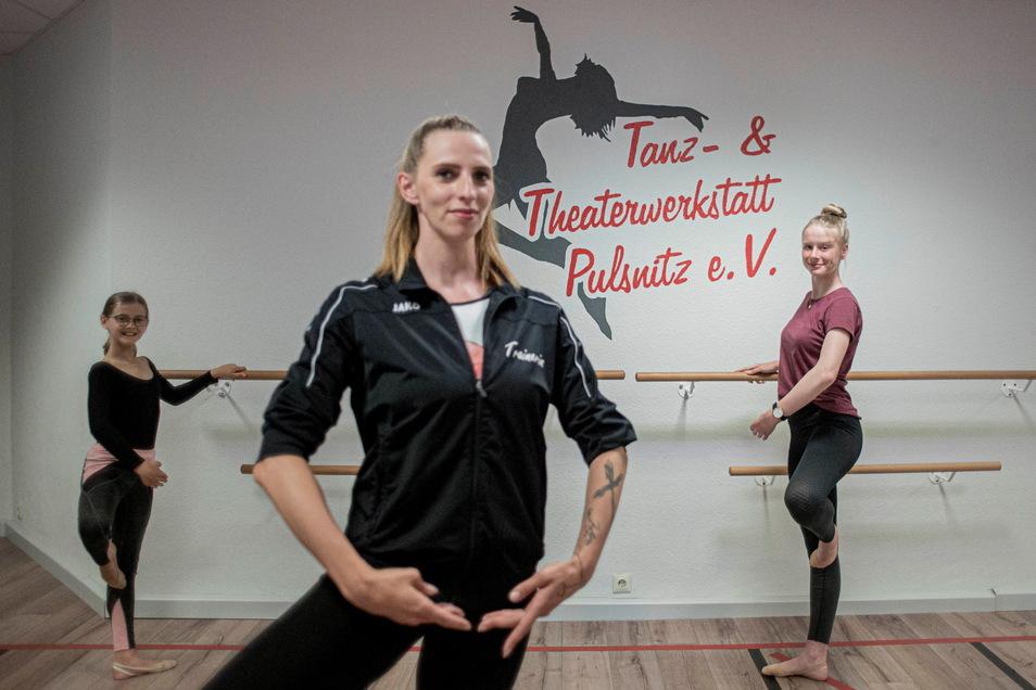 Nach der Corona-Pause trainieren die Tänzer der Tanz- und Theaterwerkstatt Pulsnitz nun wieder in den Räumen an der Robert-Koch-Straße. Trainerin Monique Jentsch (vorn) absolviert mit Rosalie Kassarra (l.) und Helene Müller ein Einzeltraining.