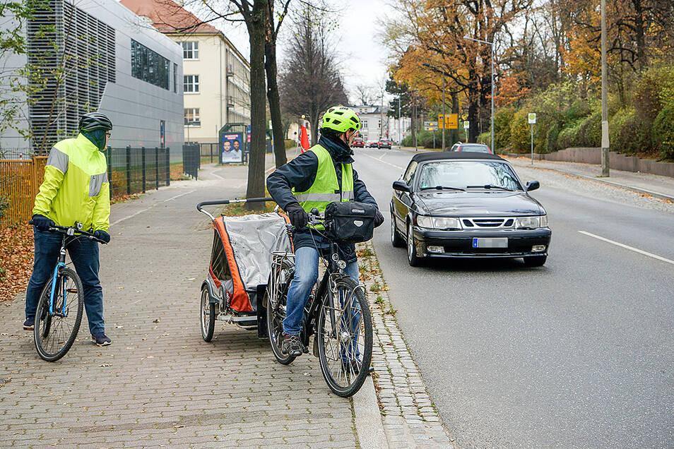 Am Ziegelwall: Auf Höhe der Einfahrt zum Friedhof müssen Radfahrer auf die Straße wechseln. Das birgt ein großes Unfallrisiko. Radfahrer werden schnell übersehen. Autofahrer sind vor allem auf die kommende Kreuzung und auf die Kurvenfahrt konzentriert.