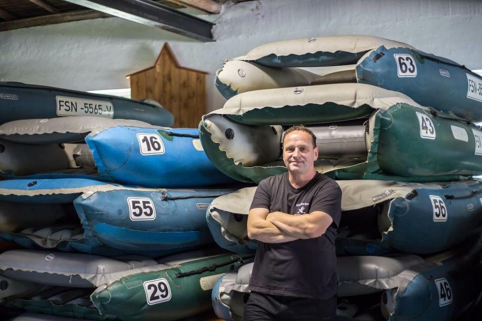 Tino Kittner hat sich 2002 in Rothenburg mit der Firma Neißetours selbstständig gemacht. Hier steht er vor Paddelbooten.