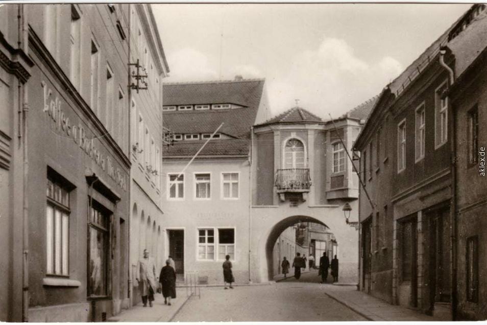 Historische Ansichtskarte von der Klosterstraße und dem Klostertor. Hinten links ist heute die Sächsische Zeitung untergebracht.