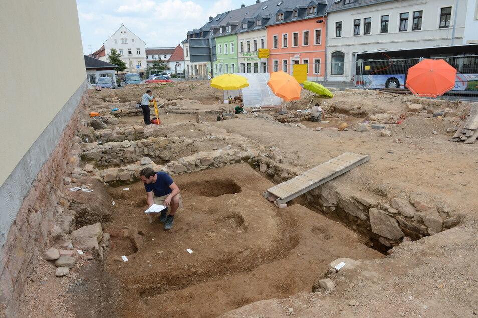 So sieht es aus, wenn Archäologen eine Fläche gründlich untersuchen. Daneben auf dem Obertorplatz sind wieder Grabungen geplant.