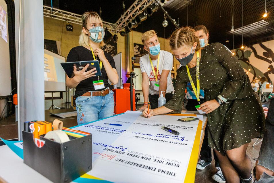 Helene, Laurens, Lydia und Paul erhielten 1.000 Euro Förderung und die Unterstützung der DKJS-Mitarbeitenden zur Umsetzung ihrer Idee eines selbstverwalteten Jugendzentrums.