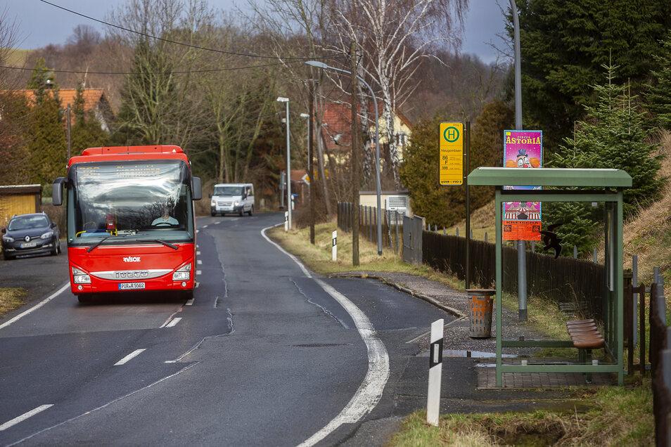 Die Bushaltestelle Neugombsen hat keine Anbindung an Fußwege. das soll sich ändern.