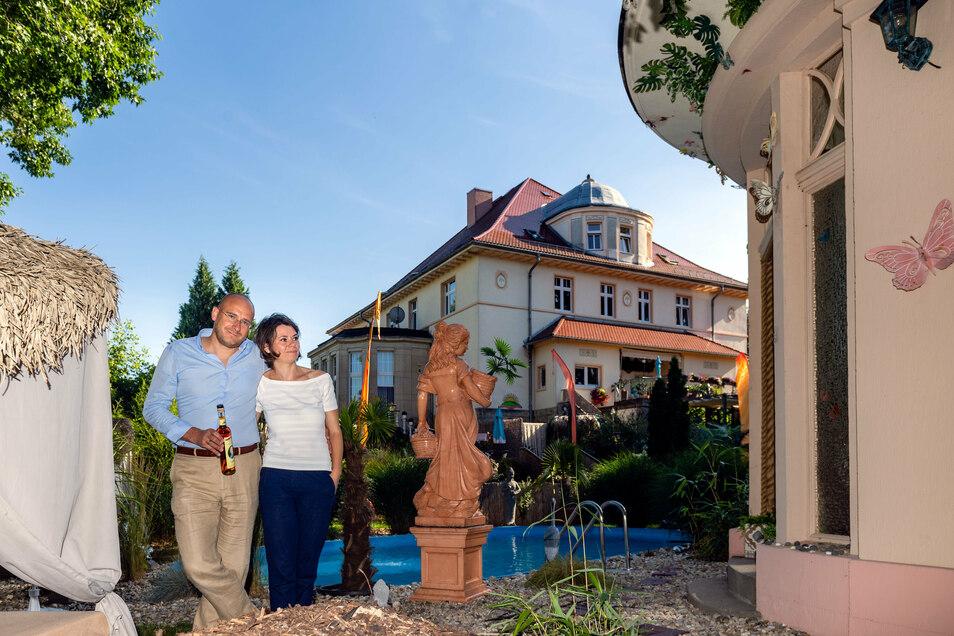 Michel Constantin Hille und seine Frau Kristin haben sich das kleine Paradies hinter ihrer Villa in Wilthen ganz nach ihren Vorstellungen eingerichtet. Den Wilthener Sonderbrand zu Ehren von Vorbesitzer Adolf Kiertscher gab's zum Haus dazu.
