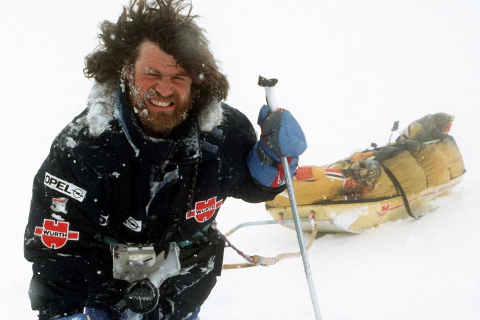 Reinhold Messner demonstrierte im April 1990 mit Ski und Lastenschlitten, wie es ihm und Arved Fuchs auf ihrer Antarktis-Expedition ergangen ist.