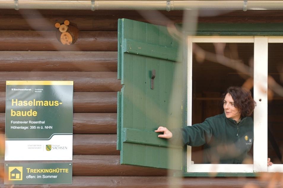 Kerstin Rödiger vom Forstbezirk Neustadt öffnet die abgelegene Haselmausbaude bei Cunnersdorf für die Forststeig-Wanderer.