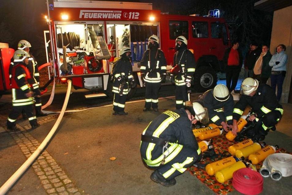 Die Feuerwehr rückte mit Atemschutz an und ging zum Löschen nah an das Haus heran.
