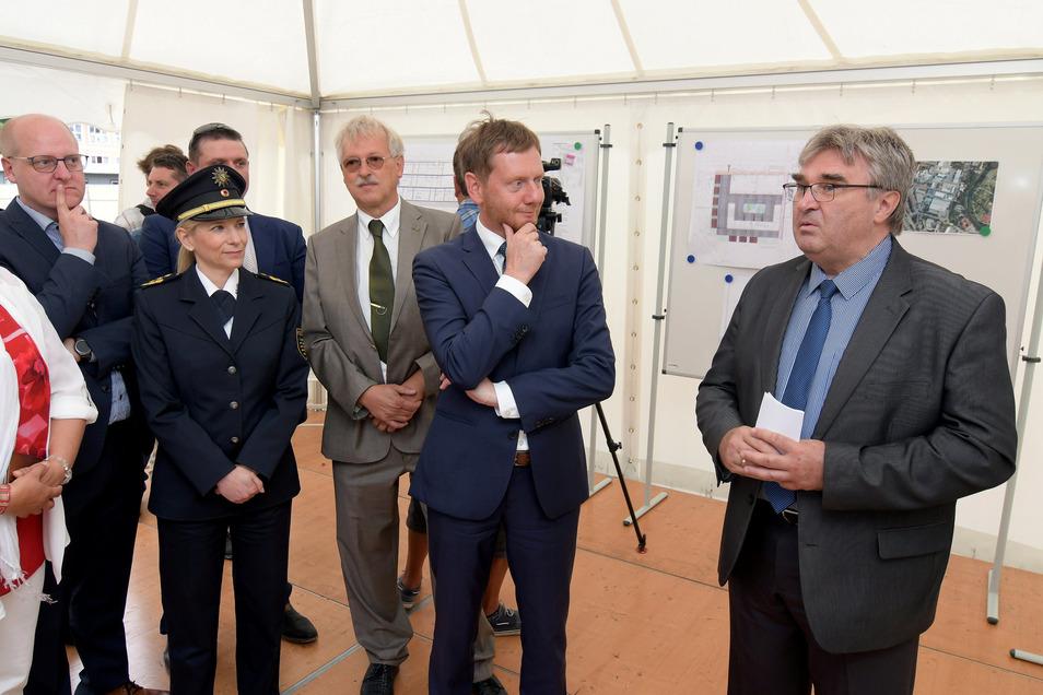 Peter Voit (v.r.), Niederlassungsleiter des SIB Chemnitz, erklärte dem Ministerpräsidenten Michael Kretschmer und den anderen Gästen das neue Polizeirevier.