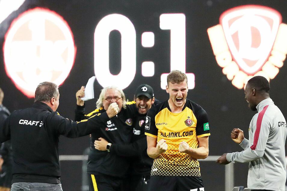 Die Freude nach dem Sieg. Trainer Markus Kauczinski (l.) jubelt mit seinen Assistenten Heiko Scholz und Ferydoon Zandi, Stürmer Christoph Dafener (2. v. r.) mit Agyemang Diawusie.