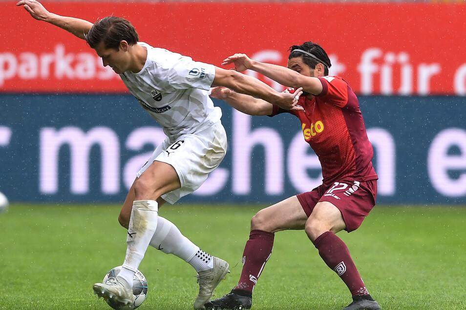 Der Sandhausener Kevin Behrens (l.) hält den Regensburger Oliver Hein auf Abstand. Den Abstand auf die Nichtabstiegsplätze konnte der SV aber kaum vergrößern.