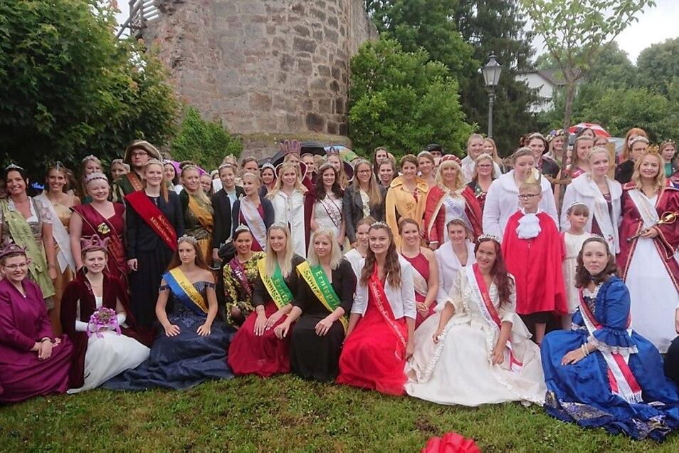 Die Königinnen und Symbolfiguren stellten sich zum Gruppenfoto auf. Das Spremberger Adelsfräulein  (mit einem rot-weißen Haarband) steht links vor der Laterne.