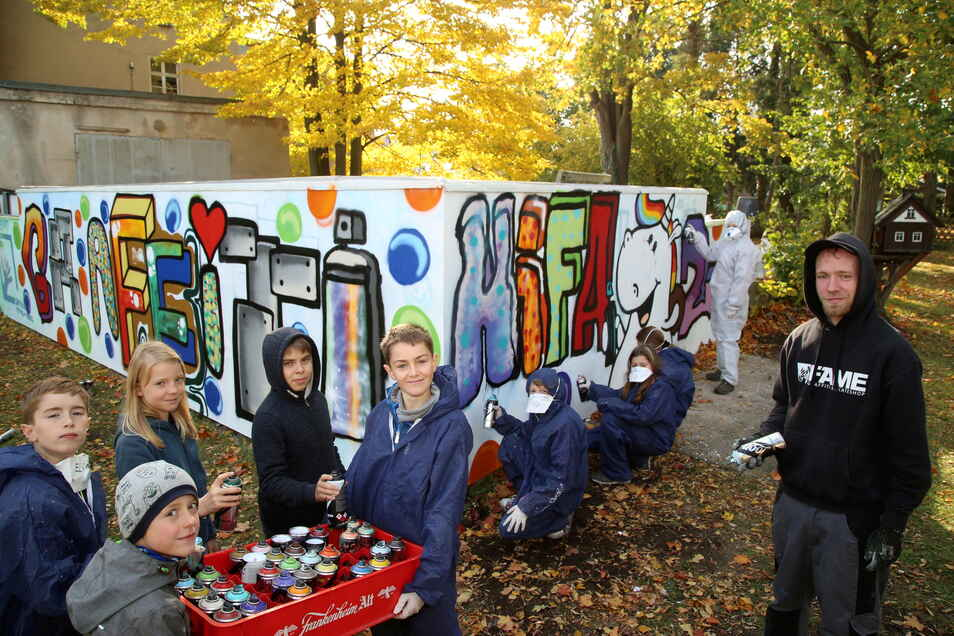 Unter Anleitung von Graffiti-Profi Peter Hannemann (rechts) fand in den Herbstferien 2020 ein Graffiti-Camp statt, bei dem die Kinder eine Mauer im Garten des Kinder- und Familienzentrums kreativ besprühten.