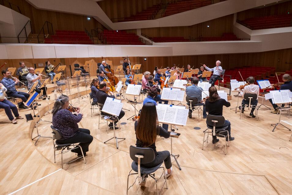 Im Sommer sah der Orchesteralltag so aus: Proben mit großem Abstand im Kulturpalast.