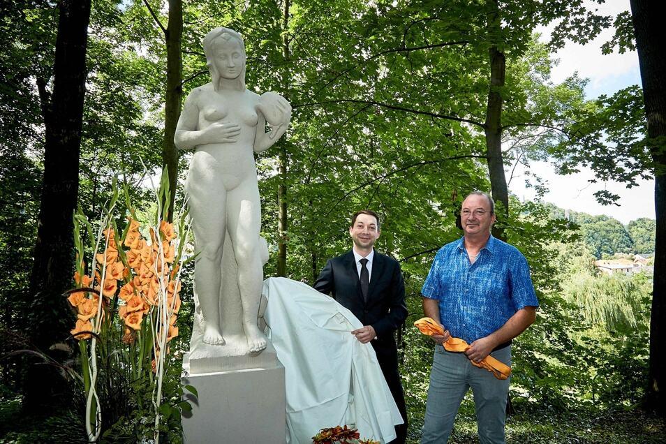Gemeinsam mit seinem Nachfolger Christian Walter (l.) enthüllt Bürgermeister a.D. Thomas Mutze die Figur des Frühlings.