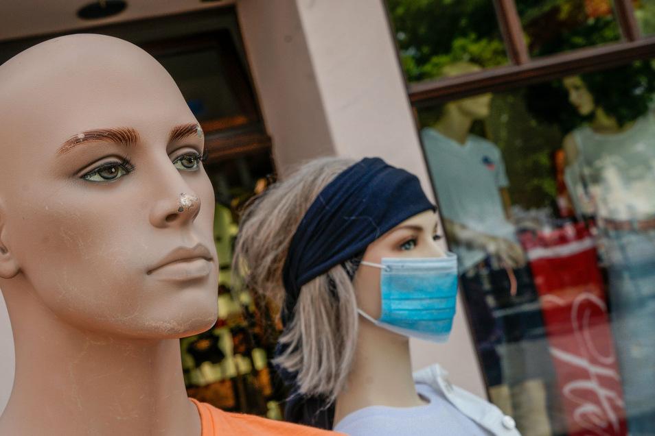 Maskenpflicht und Mindestabstand sind seit Monaten Bestandteil der Corona-Schutzverordnungen. Auch im Landkreis Bautzen wird das kontrolliert - und bei Verstößen mit Bußgeldern geahndet.