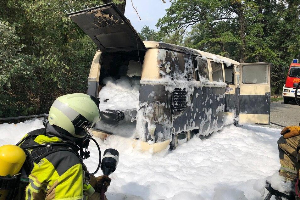 Die Flammen wurden mit Wasser und Schaum bekämpft.