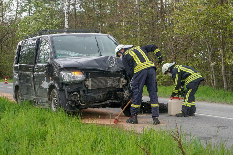 Der Fahrer eines Kleinbusses ist am Donnerstagnachmittag auf der Straße zwischen Crostwitz und dem Puschwitzer Ortsteil Jeßnitz verunglückt.