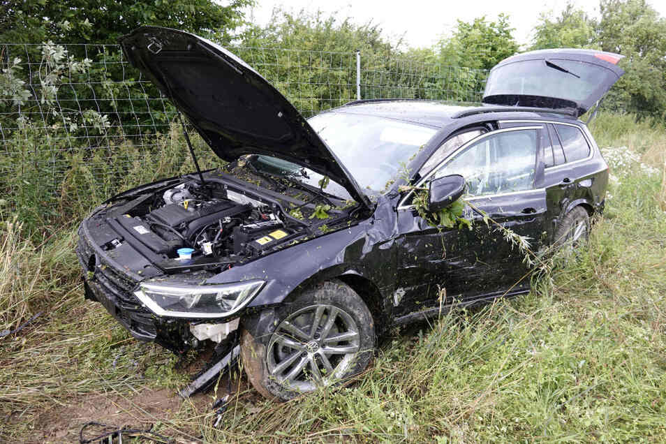 Nach der Kollision kam ein VW von der Fahrbahn ab und kam erst auf einem Feld zum Stehen.
