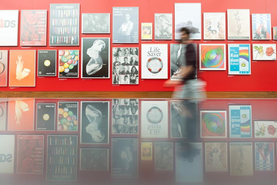 """Blick in den neu gestalteten Themenraum ·""""Sexualitäten""""·im Hygiene-Museum. Hier eine Wand aus AIDS-Plakaten."""