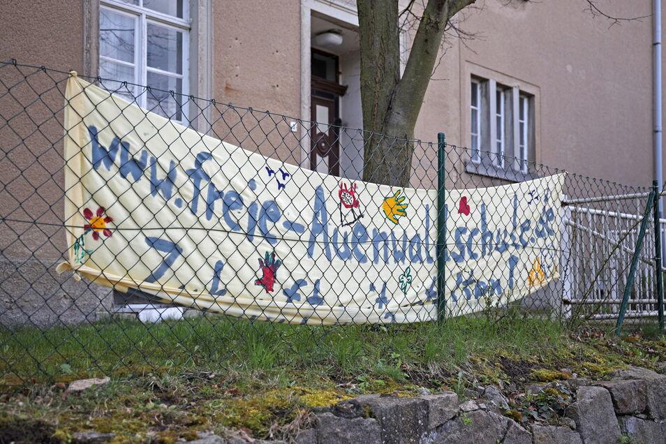 Ein Transparent wirbt für das neue Schulprojekt in Jahnishausen. Eine Schule gab es in dem Gebäude bis 1970, danach noch einen Kindergarten.